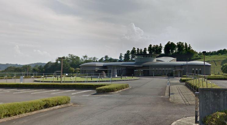 高崎市上室田町にある火葬場併設公営斎場「はるなくらぶち聖苑」の外観です