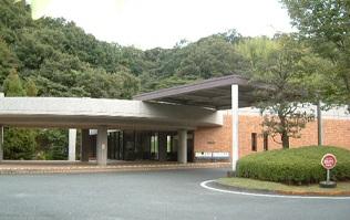 袋井市浅名にある公営火葬場「中遠聖苑」の外観です