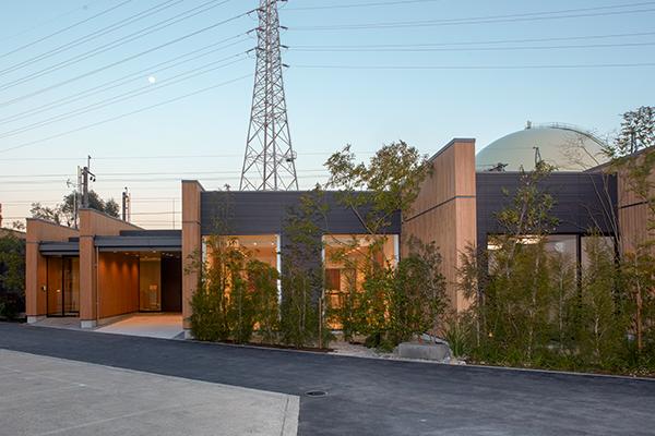 吹田市にある民営斎場、エテルノ阪急千里の外観です。