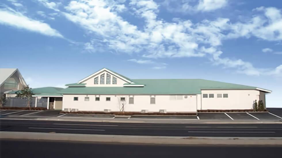 八戸市田向にある民営斎場「なむ南無プラザ 田向」の外観です