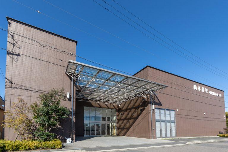 可児市下恵土にある民営斎場「橋本葬祭 可児駅前ホール」の外観です