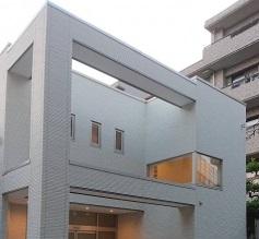 あたたかみのあるベージュ色の壁が印象的な民営斎場「セルディア館」の外観です