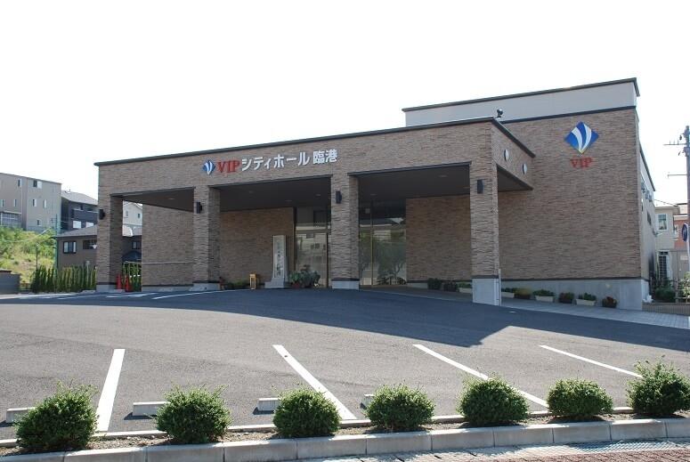 新潟市東区にある民営斎場「VIPシティホール臨港」の外観です
