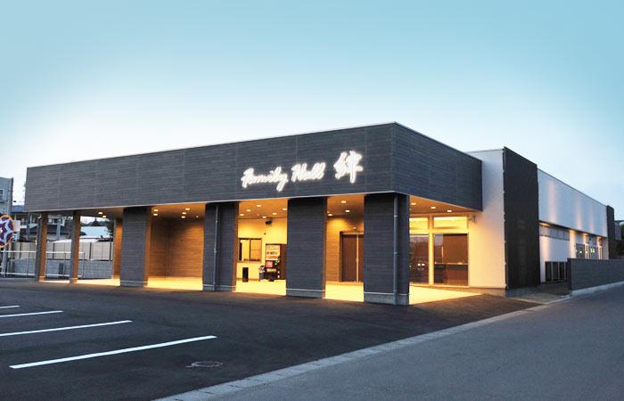 真岡市大谷新町にある民営斎場「大原葬祭 ファミリーホール絆」の外観です