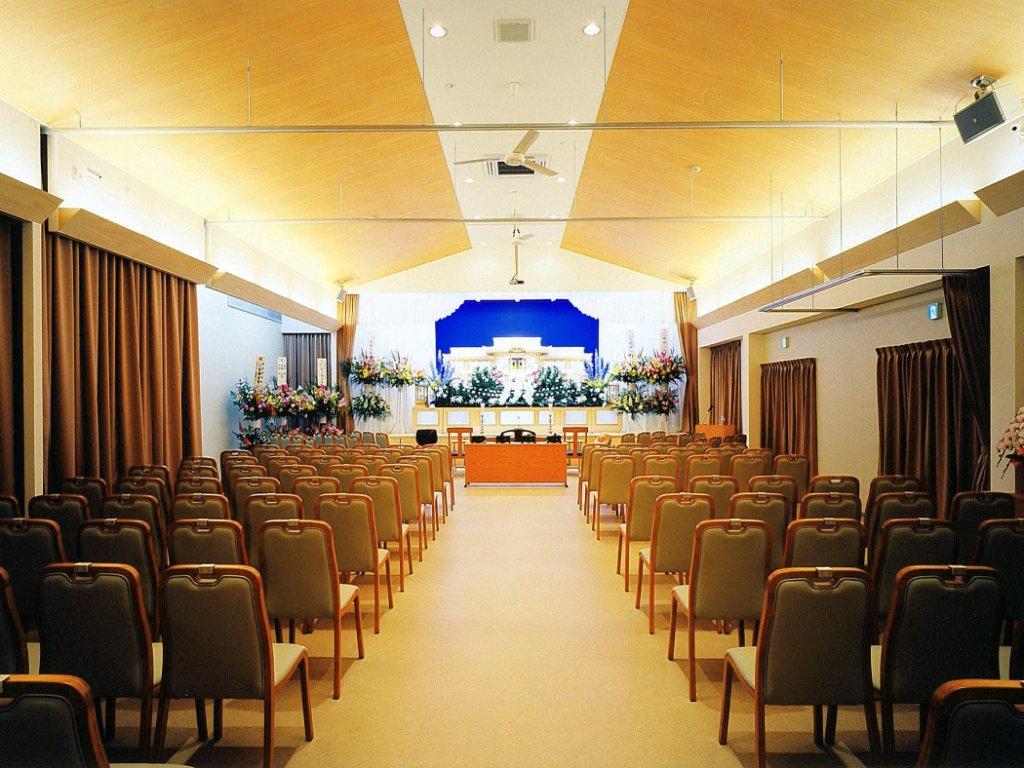 メモリアル愛敬(宮城県仙台市)の式場。椅子席100名程度が入る大きさ